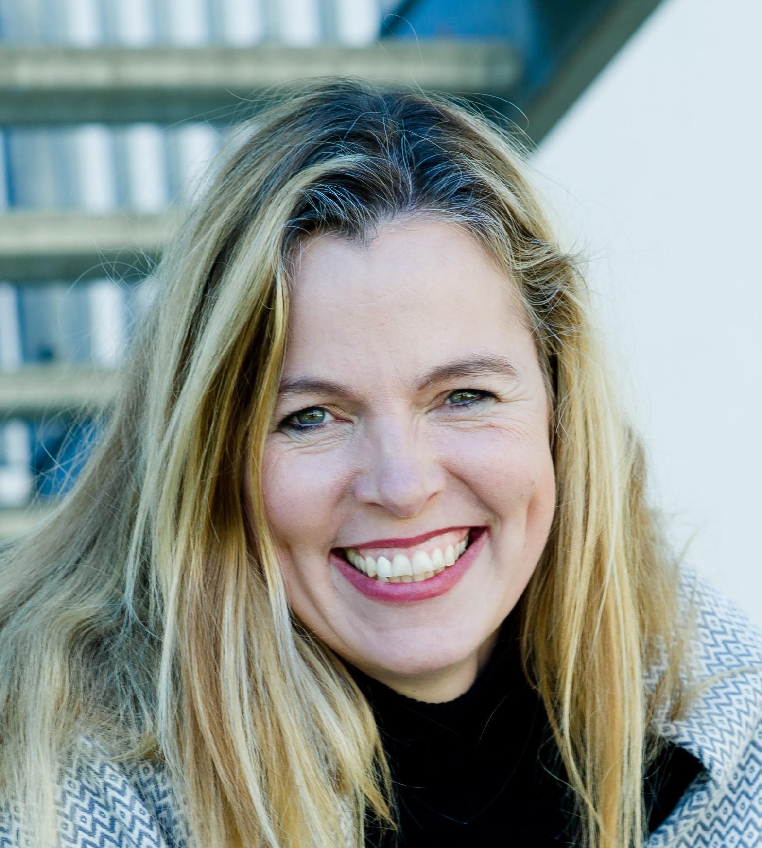 Angela Loehr